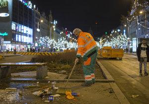 Posilvestrovskou Prahu od rána uklízejí pracovníci Pražských služeb.
