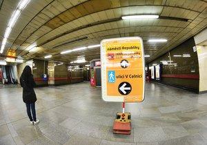 Zastávka Náměstí Republiky bude mít na 8 měsíců uzavřené eskalátory k Palladiu. Cesta na povrch k obchodnímu centru teď potrvá delší dobu.