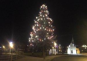 V Újezdu nad Lesy zazvonili Vánocům na pozdrav. Od neděle už jim svítí i vánoční stromek