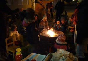 Táborák v zimě mezi paneláky? V Praze 9 se bude zapalovat každý měsíc, lidé si opečou i buřty