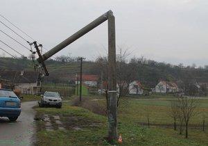 Pro smích celé vesnici. Mladík bez řidičáku na Nový rok porazil sloup elektrického vedení a poničil auto. Škoda je 110 tisíc.