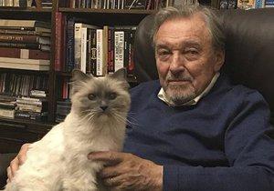 Karel Gott popřál fanouškům šťastný nový rok s kočkou na klíně.