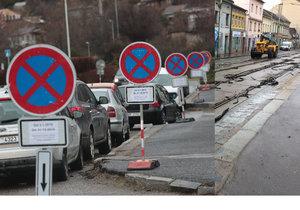 """Rekonstrukce Zenklovy ulice vstoupila do zásadní fáze, u úřadu stojí """"les dopravních značek""""."""