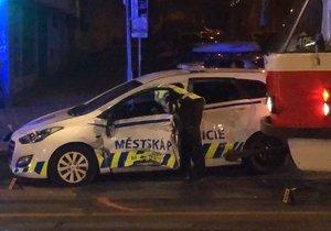 Na Vinohradské ulici se stala nehoda. Tramvaj se tam srazila s vozem městské policie.