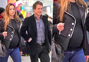Hugh Grant bude již popáté otcem! Jeho partnerka už bříško neschová.
