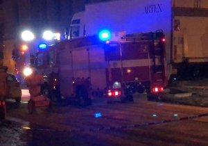 Na Alšově nábřeží unikla nafta z proražené nádrže náklaďáku. Do Vltavy se naštěstí nedostala