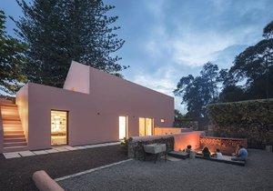 Z někdejší stáje vznikl moderní prázdninový dům s rustikálními prvky