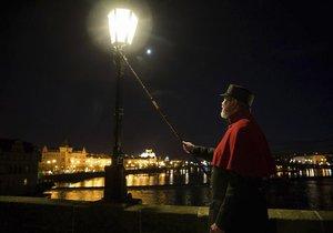 Vydejte se za taji Prahy při osvětlení plynových lamp.