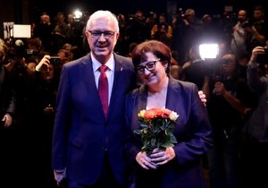 Jiří Drahoš se ženou po úvodní tiskové konferenci poté, kdy bylo jasné, že postupuje do druhého kola.