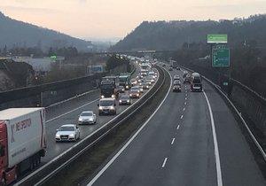 Zavřená D5! Dálnici na Prahu blokovala nehoda kamionů, auta jezdila přes benzinku