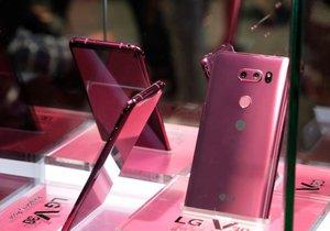 LG V30 v malinově růžové barvě bylo k vidění pouze za sklem.