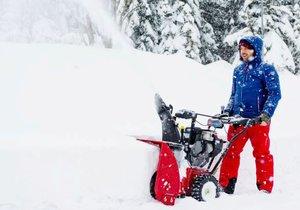 Dobře připravené vás nezaskočí čerstvý prašan ani hluboké závěje. Na fotografii sněhová fréza Toro PowerMax 826 OEV.