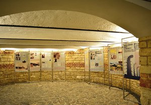 """Výstava """"Místa utrpení, smrti a hrdinství"""" odhaluje hrůzy holokaustu."""