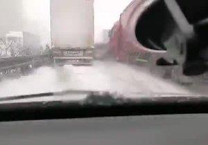 Záběry hromadné nehody na D1