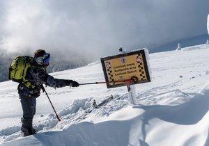 V Krkonoších a Jeseníkách platí třetí stupeň lavinového nebezpečí (ilustrační foto).