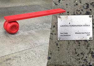 Lavička Ferdinanda Vaňka před budovou Národní technické knihovny v Praze. Prahu 6 vyšla na 850 tisíc.