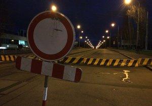 Desítky lidí chodí přes zavřený Libeňský most pěšky. Chaosu v ulicích se snaží zabránit informátoři