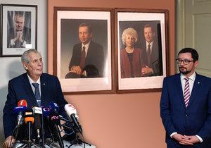 Prezident Miloš Zeman a mluvčí Jiří Ovčáček společně s fotografií portrétů prezidenta Václava Havla s 1. manželkou Olgou, kterou Ovčáček sdílel (koláž).