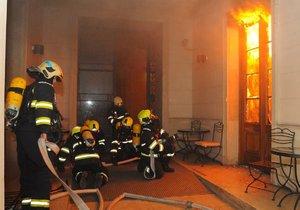 Ohnivé peklo v pražském hotelu: Škody přesáhnou 20 milionů, kriminalisté zahájili trestní řízení