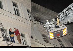 Lidé zoufale volali o pomoc z oken hotelu.