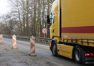 Ředitelství silnic a dálnic upozorňuje, že most u Černé Hory na Blanensku je v tak havarijním stavu, že hrozí jeho zřícení. Proto na něm omezili rychlost na 30 km/hod.