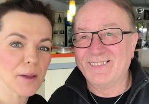 Marta Jandová má na svém Instagramu několik videí, kde učí německá slovíčka. Tentokrát natočila video se svým tátou Petrem Jandou.