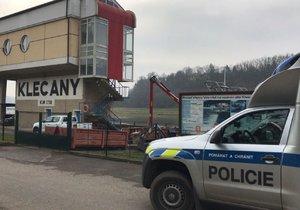 V pátečních ranních hodinách vytahovali hasiči a policisté z Vltavy mrtvé tělo.