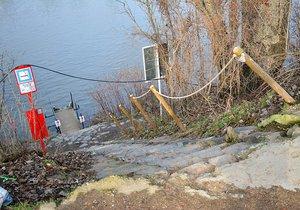Takto vypadá vstup k přívozu z karlínského břehu Vltavy