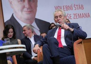 Prezident Miloš Zeman odpovídal v sobotu na otázky novinářů už v sedě