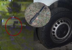 VIDEO: Opilý mladík propíchal z nešťastné lásky 19 pneumatik. Nevěděl, které auto patří jeho expřítelkyni