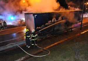 Hořící kamion blokoval dopravu v Novopacké ulici. Při požáru vybuchla propan-butanová lahev