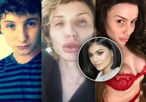 Mladík se pomocí plastik mění na Kylie Jenner.