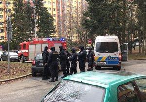 V jednom z bytů ve Famfulíkově ulici se zabarikádoval muž a hrozí výbuchem.