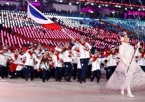 Česká olympijská výprava během slavnostního zahájení pod vedením vlajkonošky, snowboarďačky Evy Samkové