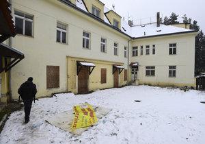 Squatteři opět obsadili opuštěnou usedlost Šatovka v Šáreckém údolí v Praze.