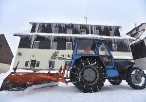 Zima 2018: Traktor upravuje silnici na Kvildě.