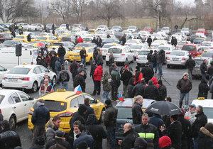 Taxikáři budou pokračovat v protestech.
