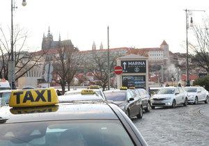 Ulice Prahy během protestů taxikářů na začátku letošního roku.