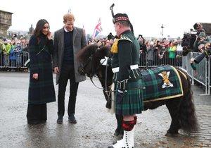 """Meghan Markle oblékla stejný """"kabátek"""" jako skotský poník."""
