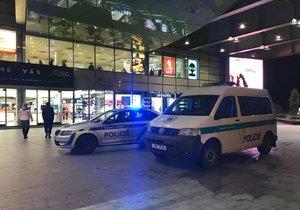 V Atriu Flora spadl pětadvacetiletý muž z balkonu z 2. patra.