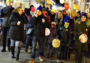 Prahou prošel průvod s lampiony: Lidé vyjadřovali solidaritu s nemocnými dětmi