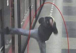 """Karatista"" z Budějovické: Muž vykopl okénko u metra, škoda je 30 tisíc"