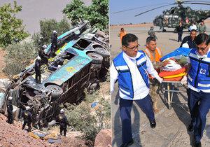 Tragickou nehodu autobusu v Peru nepřežilo nejméně 44 lidí.