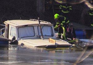 Loď u Libeňského ostrova se částečně potopila. Hasiči odčerpávají vodu