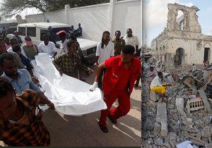 Na 38 mrtvých vystoupila bilance dvou pátečních atentátů v somálské metropoli Mogadišu.