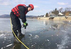 Měření tloušťky ledu provádí strážníci na Brněnské přehradě každým rokem.