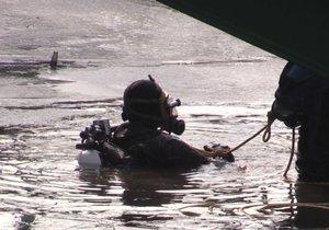 Potápěči z Vltavy vylovili trezor.