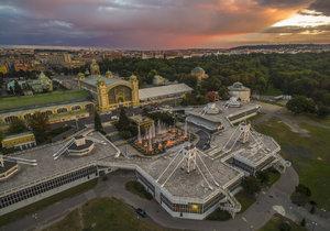 Stan nahrazující vyhořelé křídlo Průmyslového paláce letos zmizí pod konstrukcí s prvky připomínajícími sté výročí republiky.