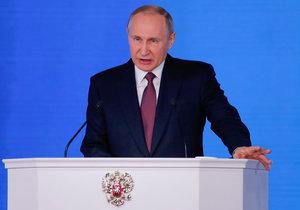Ruský prezident přednesl projev před svým parlamentem. Kritici ho viní, že řeči využil k vlastní propagandě před volbami.