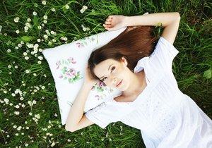 Dekorační polštářek s motivem květů navodí jarní atmosféru.